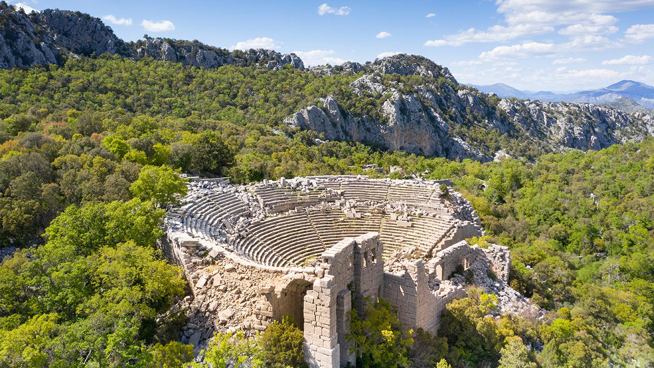 Akdeniz'in bitki örtüsü içerisinde Termessos Antik Tiyatrosu