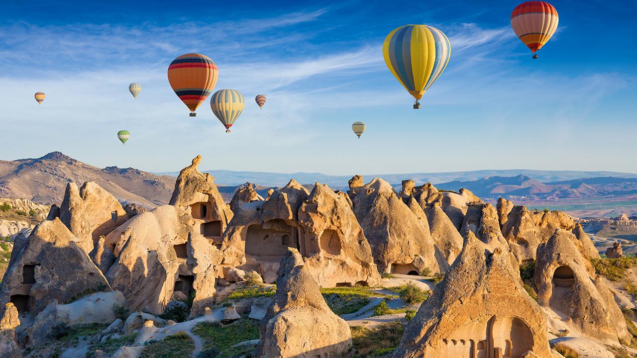 Kapadokya da sıcak hava balonlarının peribacaları üzerinde görüntüsü