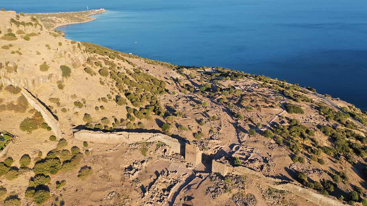 Assos Örenyeri'nin savunma duvarları ve kapısının havadan görünümü